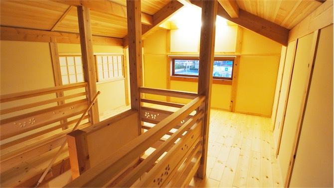 リビング階段へつづく勾配天井の2階ホール