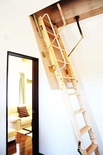 小屋裏収納のはしご