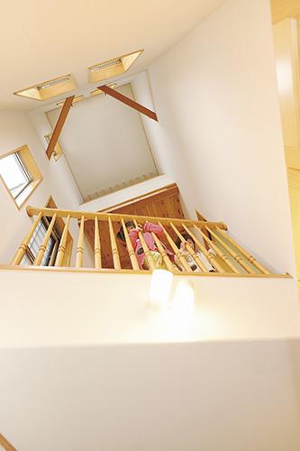 吹き抜けと二階の廊下