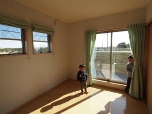 日あたりの良いバルコニーのある2階の洋室