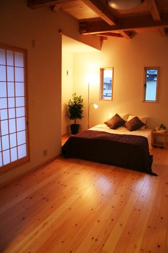 無垢材仕上げの寝室