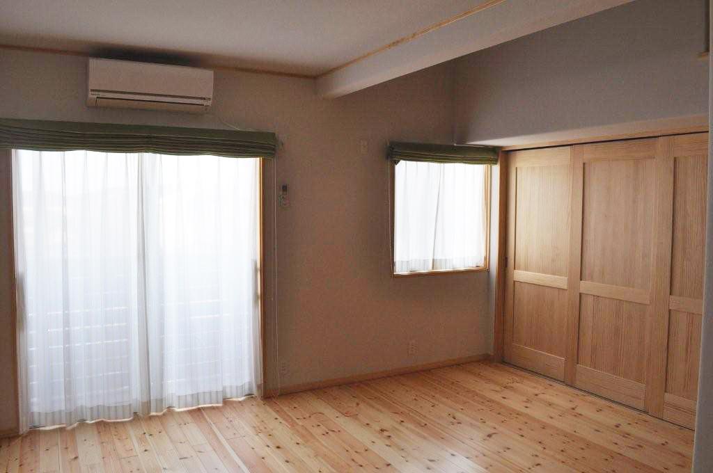 無垢の建具を使った居室