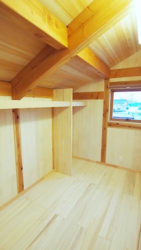 小屋裏収納の勾配天井