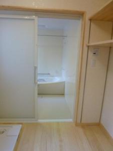 バリアフリーに配慮した浴室と洗面脱衣室