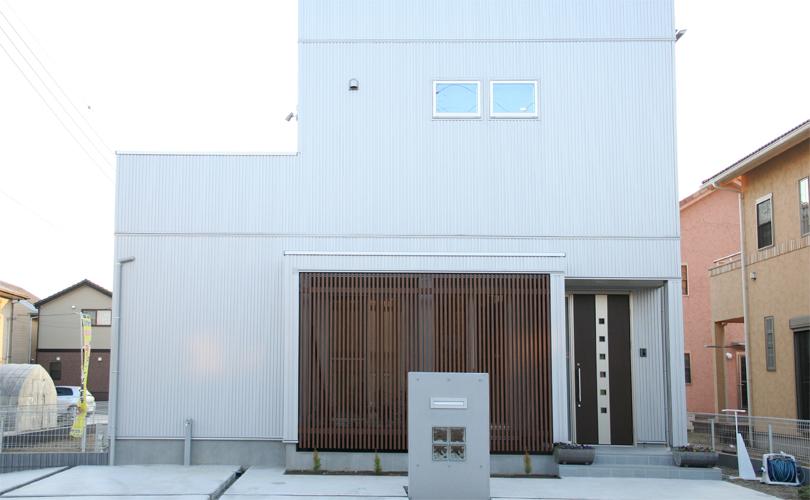 白を基調とした外観の家