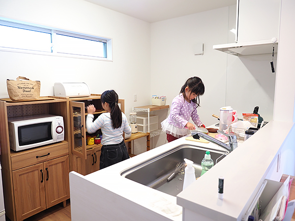スムーズな家事動線など家族の暮らしを大切に設計_キッチン