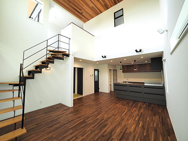 陽射しがたっぷり入る吹抜けリビングが開放的な2世帯住宅_リビング
