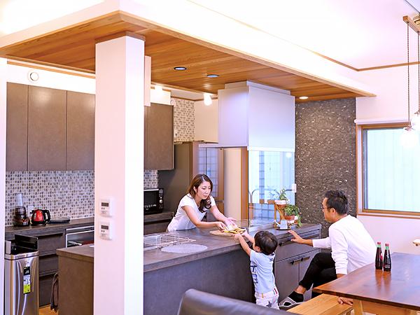 ぐるりと回遊できるキッチンに家族の笑顔が自然に集まる