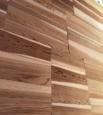 木目が美しい羽目板壁を設置中のS様邸